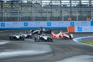 Stoffel Vandoorne, Mercedes-Benz EQ, EQ Silver Arrow 02 Nyck de Vries, Mercedes-Benz EQ, EQ Silver Arrow 02, passent à côté de la voiture arrêtée d'Alexander Sims, Mahindra Racing, M7Electro