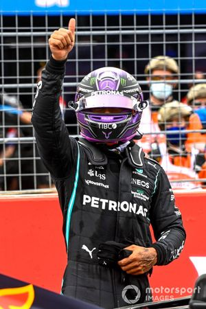 Lewis Hamilton, Mercedes, saluta i tifosi dopo le Qualifiche