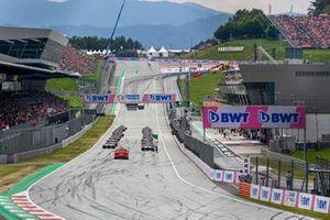 Max Verstappen, Red Bull Racing RB16B et Lando Norris, McLaren MCL35M mènent au départ