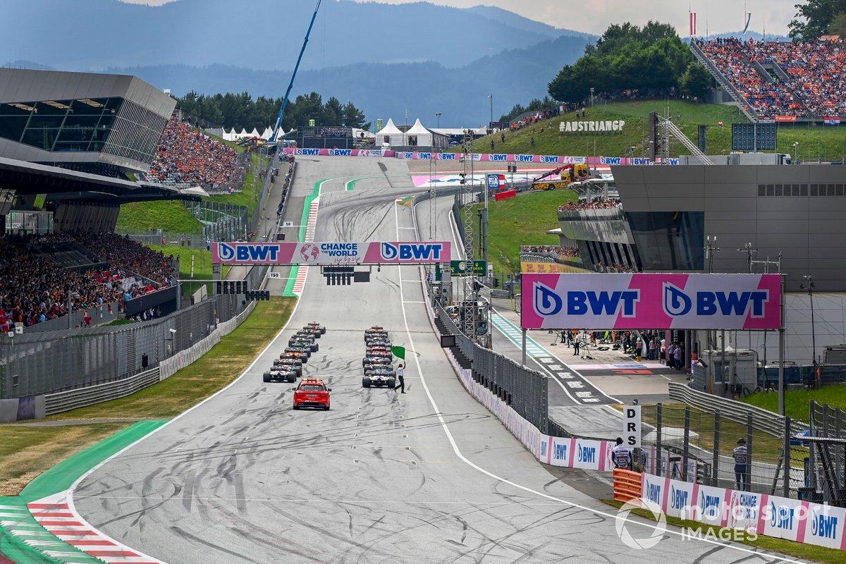 Max Verstappen, Red Bull Racing RB16B,Lando Norris, McLaren MCL35M, al inicio