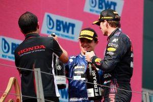 Toyoharu Tanabe, F1 technisch directeur Honda, Lando Norris, McLaren, 3e plaats, en Max Verstappen, Red Bull Racing, 1e plaats, op het podium