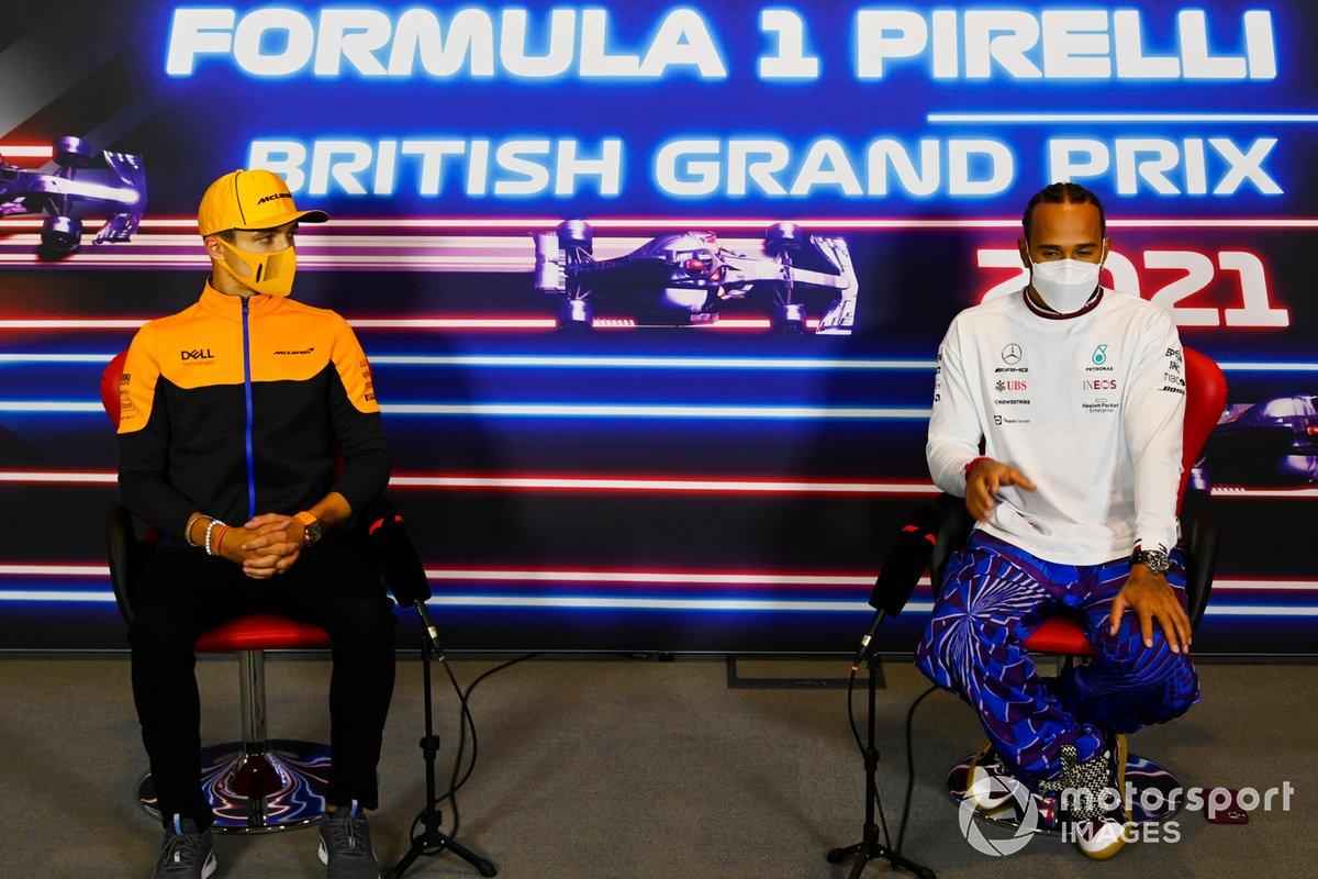 Lando Norris, McLaren, Lewis Hamilton, Mercedes, en la conferencia de prensa