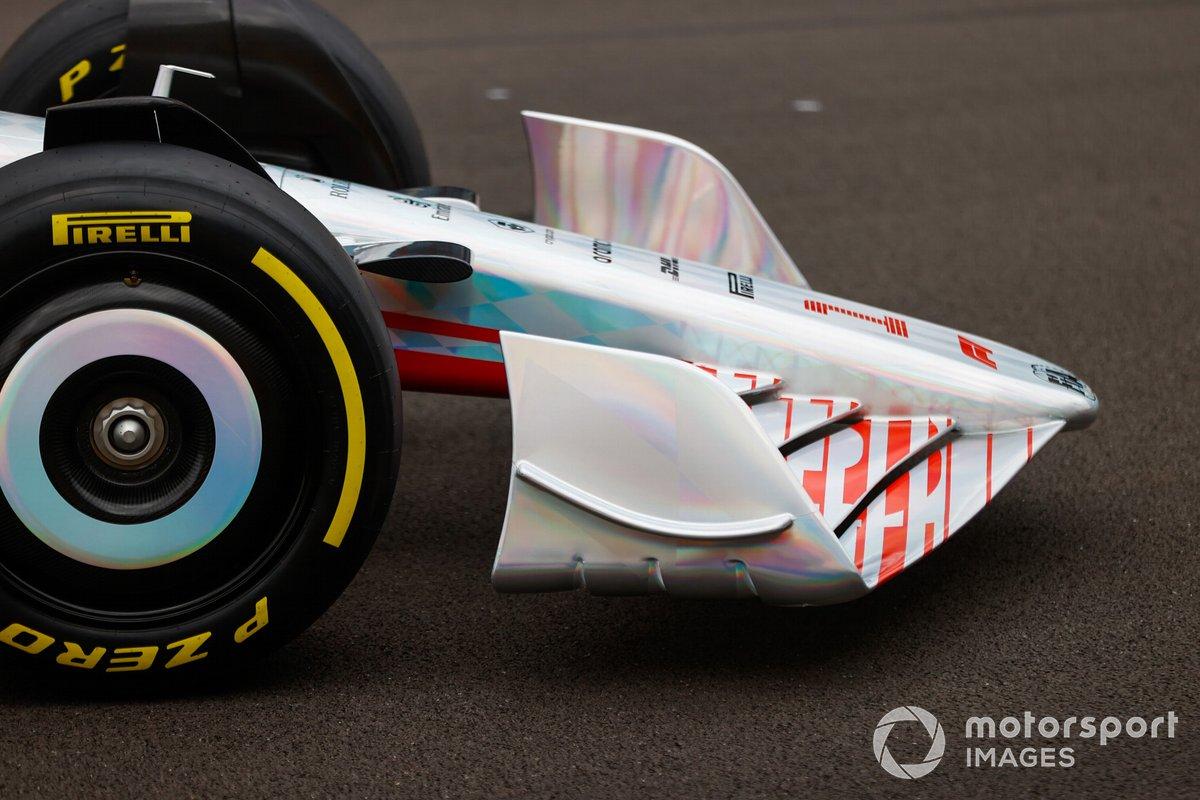Detalle del frente y del alerón delantero del coche de Fórmula 1 2022