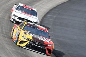 Kyle Busch, Joe Gibbs Racing, Toyota Camry M&M's Mix, Brad Keselowski, Team Penske, Ford Mustang Wurth/UTI