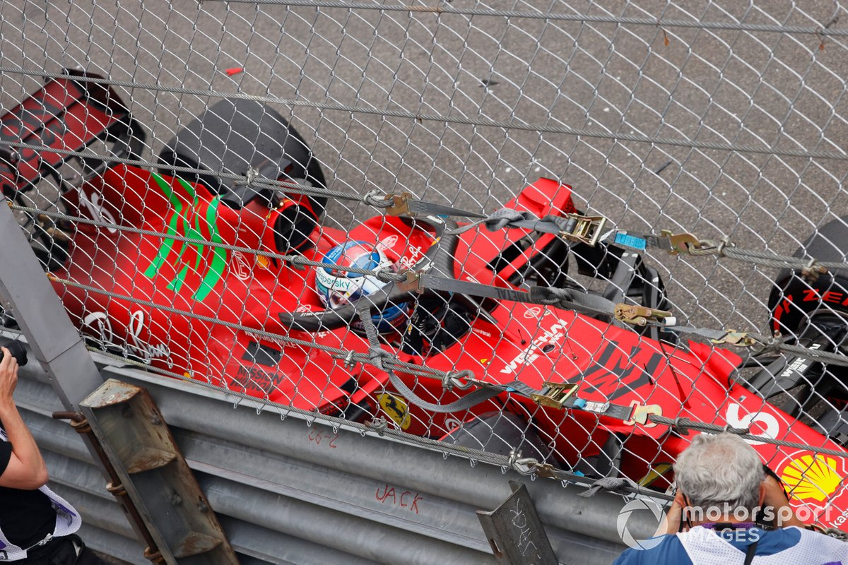 Charles Leclerc, Ferrari SF21, sale de su monoplaza tras estrellarse