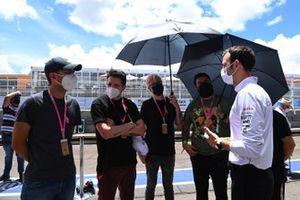 Des invités avec des membres de l'équipe Dragon Penske Autosport dans la voie des stands