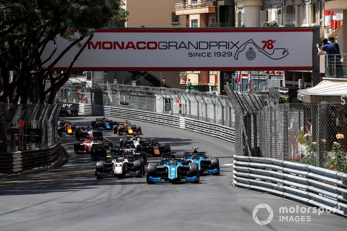 Guanyu Zhou, Uni-Virtuosi Racing lidera por delante de Felipe Drugovich, Uni-Virtuosi y Christian Lundgaard, ART Grand Prix, al inicio de la carrera