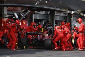 Charles Leclerc, Ferrari SF21, dans les stands