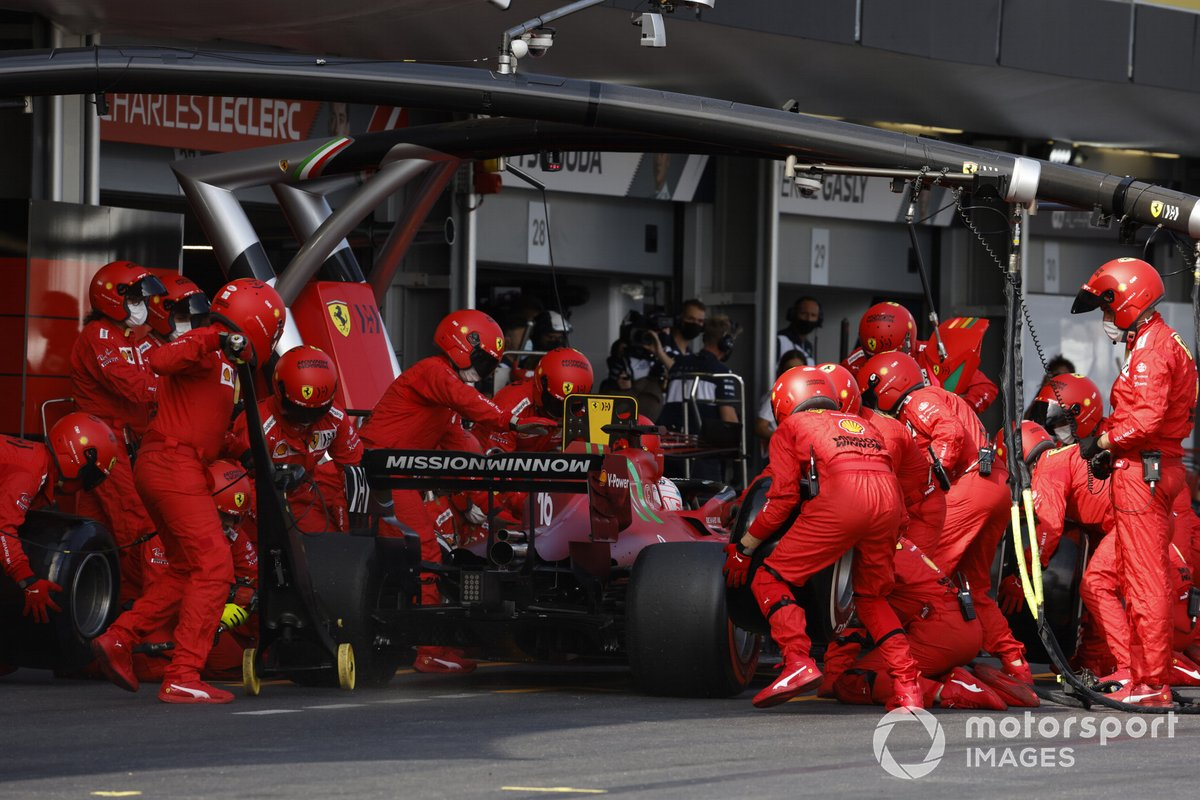 Charles Leclerc, Ferrari SF21, en pits
