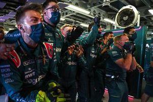 Les membres de l'équipe Aston Martin team célèbrent leur performance dans le parc fermé, alors que Sebastian Vettel, Aston Martin prend la 2ᵉ place