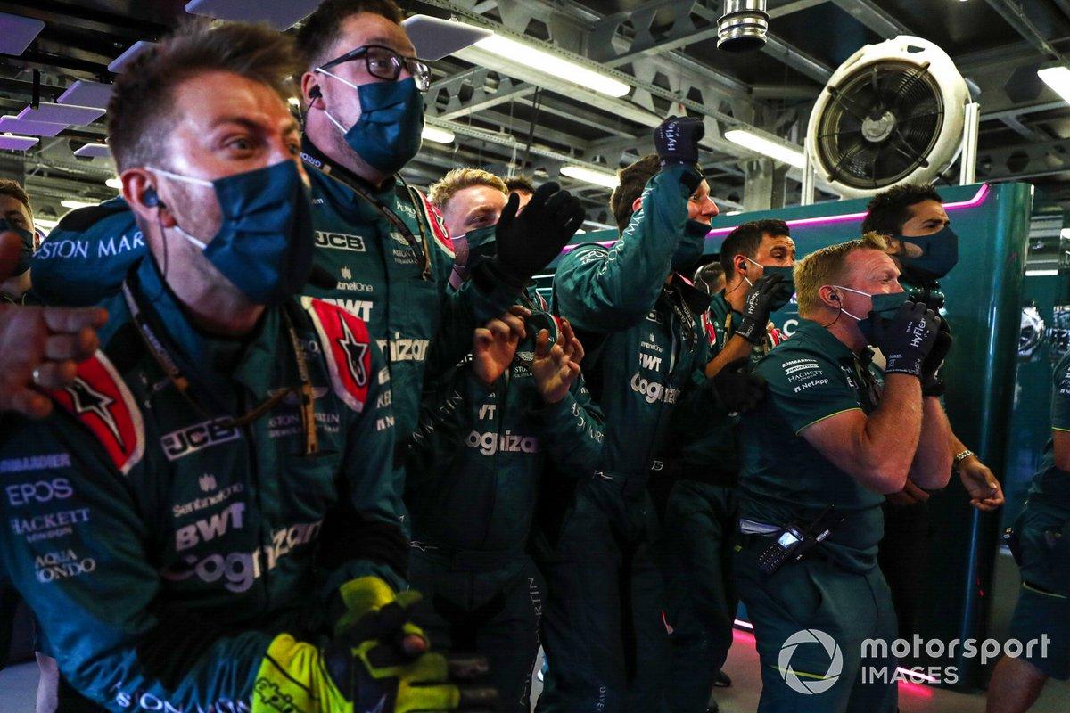 El equipo Aston Martin celebra en el Parc Ferme la segunda posición de Sebastian Vettel en la carrera