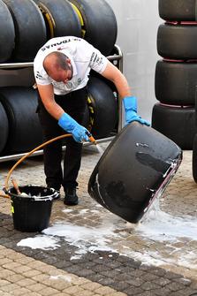 Mercedes AMG F1 mecánico lava los neumáticos Pirelli