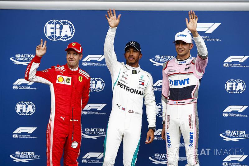 Sebastian Vettel, Ferrari, avec Esteban Ocon, Racing Point Force India VJM1, et le poleman Lewis Hamilton, Mercedes AMG F1