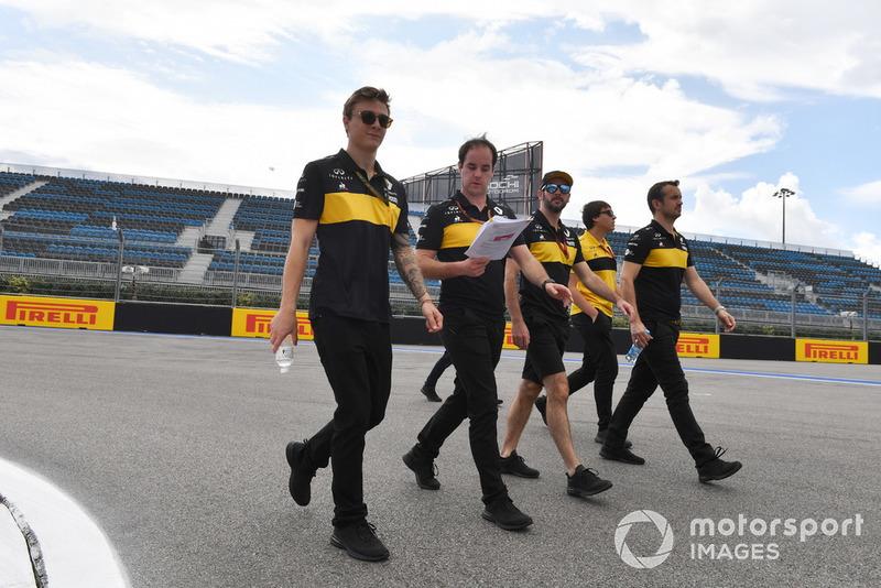 Artem Markelov, Renault Sport F1 Team parcourt la piste à pied