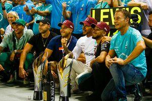 Lewis Hamilton, Mercedes AMG F1, 1° classificato, festeggia con il team e degli ospiti