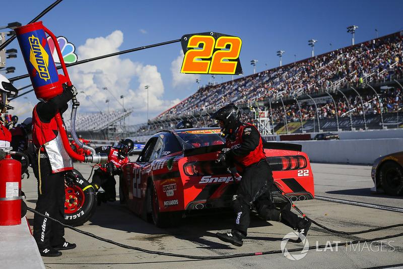 Brad Keselowski, Team Penske, Ford Mustang Snap-On pit stop