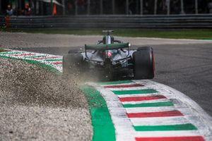 Lewis Hamilton, Mercedes AMG F1 W09 envoie du gravier dans les airs