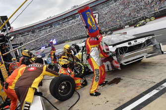 La crew di Kyle Busch, Joe Gibbs Racing, Toyota Camry M&M's White Chocolate