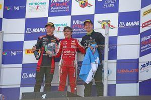 Podio Gara 2: il secondo classificato Petr Ptacek, il vincitore Enzo Fittipaldi, Prema Theodore Racing, Bhaitech, il terzo classificato Ian Rodriguez, DRZ Benelli