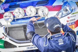 Meccanico Peugeot Sport Italia al lavoro