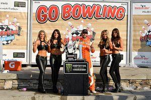 1. Chase Elliott, Hendrick Motorsports, mit den Monster-Girls