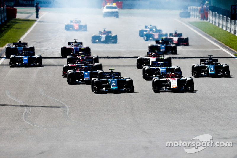 Nicholas Latifi, DAMS And Roy Nissany, Campos Racing lead the start of the race