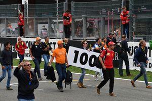 Tifosi in pista con un cartello dei 100m