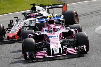 Esteban Ocon, Racing Point Force India VJM11, leads Romain Grosjean, Haas F1 Team VF-18