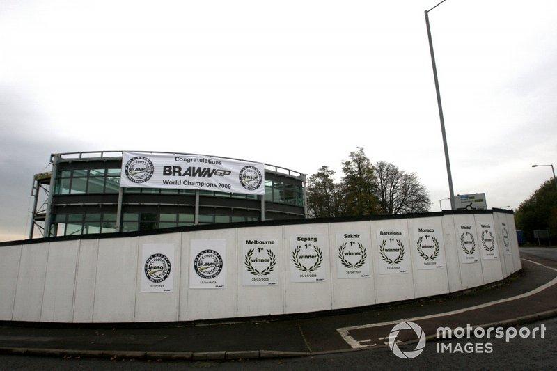 Messaggi di congratulazioni all'ingresso della factory della Brawn GP