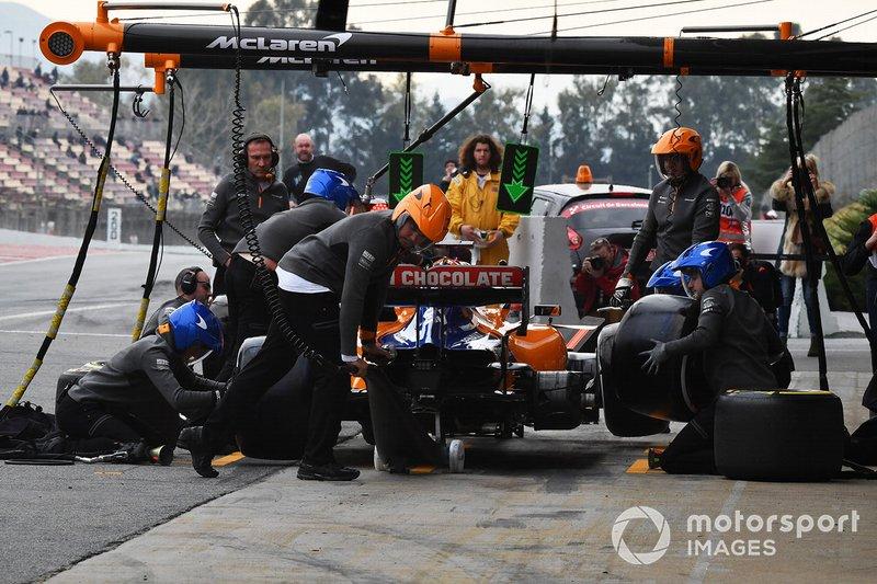 Carlos Sainz Jr., McLaren MCL34, s'arrête au stand