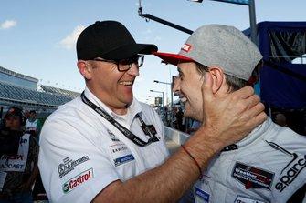 Il vincitore del Motul Pole Award #77 Mazda Team Joest Mazda DPi, DPi: Oliver Jarvis con il direttore del Motorsport Mazda John Doonan