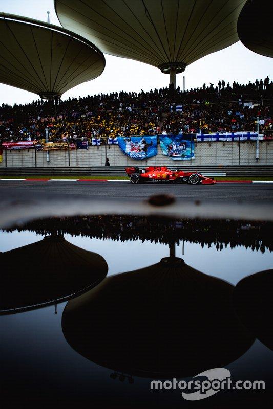 Ferrari Шарля Леклера в конце дальней прямой