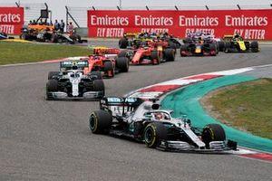 Lewis Hamilton, Mercedes AMG F1 W10 devance Valtteri Bottas, Mercedes AMG W10 au départ de la course