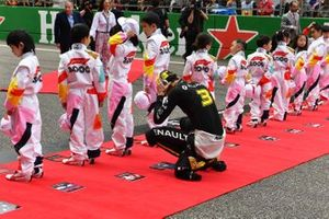 Daniel Ricciardo, Renault, with Grid Kid mascots