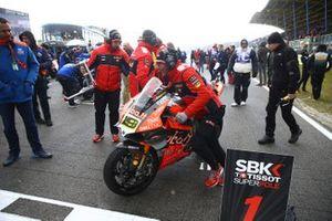 La moto di Alvaro Bautista, Aruba.it Racing-Ducati Team viene portata via dalla pista dopo la cancellazione di Gara 1