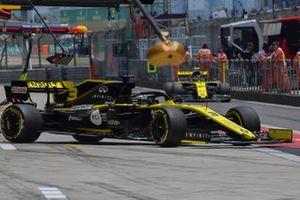 Daniel Ricciardo, Renault F1 Team R.S.19, in the pits during practice