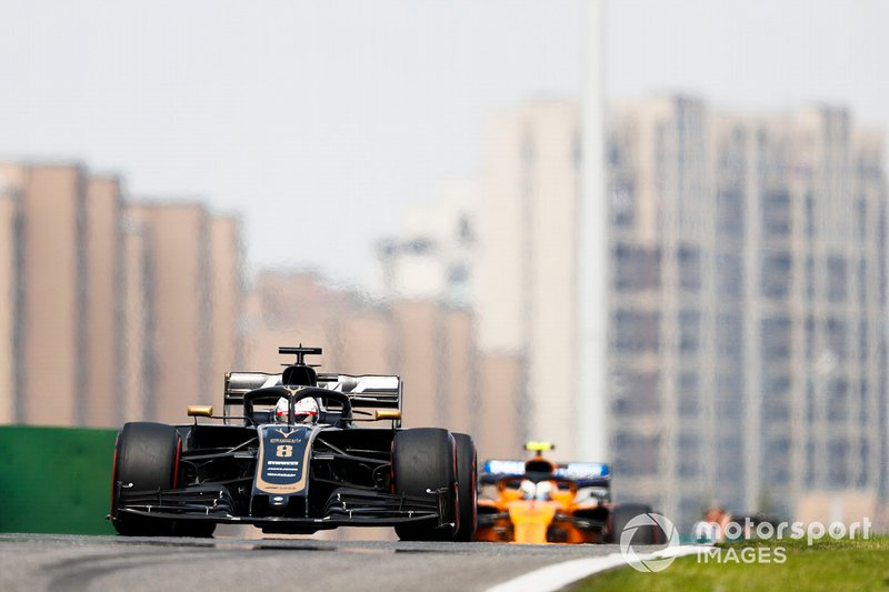 Romain Grosjean, Haas F1 Team VF-19, precede Lando Norris, McLaren MCL34