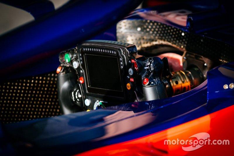 Toro Rosso STR14, detalle del volante de Daniil Kvyat