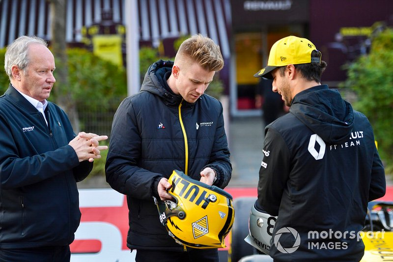 Daniel Ricciardo, Renault F1 Team, et Nico Hulkenberg, Renault F1 Team, regardent leurs casques