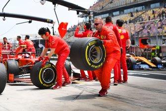 Ferrari mechanics in the pit lane with Charles Leclerc, Ferrari SF90