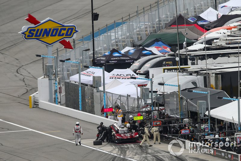 Пит-стоп: Оливер Джарвис, Тристан Нуньес, Тимо Бернхард, Рене Раст, Mazda Team Joest, Mazda DPi (№77)