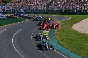 Valtteri Bottas, Mercedes AMG W10, Lewis Hamilton, Mercedes AMG F1 W10, Sebastian Vettel, Ferrari SF90, Charles Leclerc, Ferrari SF90, y Max Verstappen, Red Bull Racing RB15, en la primera curva