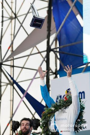 Le deuxième, Antonio Felix da Costa, BMW I Andretti Motorsports, lance son trophée en l'air