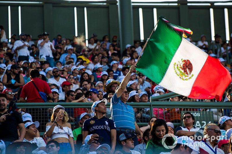 Aficionados con la bandera de México en las gradas
