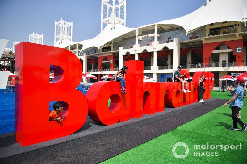 Дети играют на гигантском лого Гран При Бахрейна