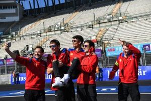 Pascal Wehrlein, Mahindra Racing, takes a selfie with his team