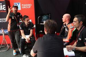 Макс Бьяджи и гонщик Aprilia Racing Team Gresini Брэдли Смит