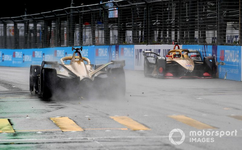 Jean-Eric Vergne, DS TECHEETAH, DS E-Tense FE19 con un incidente y Andre Lotterer, DS TECHEETAH, DS E-Tense FE19 lo pasa.