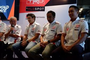 Direktur Toyota Team Indonesia Memet Djumhana bersama Rio Haryanto, Haridarma Manoppo dan Demas Agil