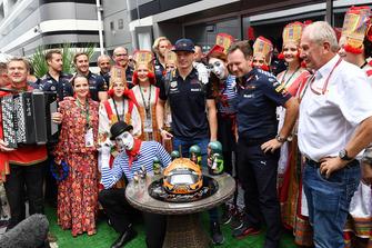 Max Verstappen, Red Bull Racing viert zijn verjaardag met Christian Horner en Helmut Marko